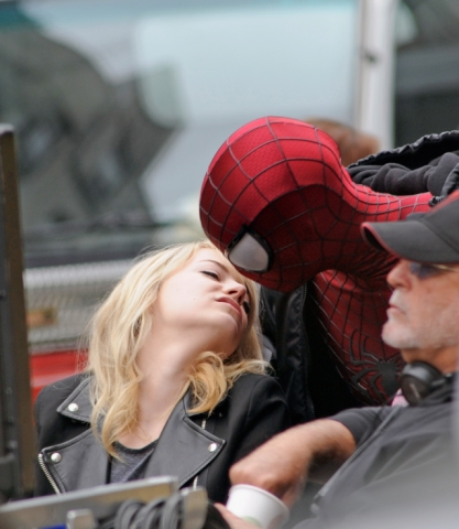 Andrew गारफील्ड and Emma Stone वॉलपेपर entitled Andrew & Emma on set of Spiderman 2