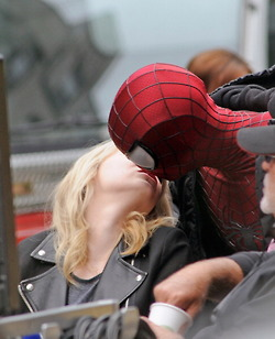 Andrew गारफील्ड and Emma Stone वॉलपेपर titled Andrew & Emma on set of Spiderman 2