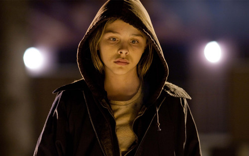 Chloe Moretz Hintergrund probably with a cloak, a hood, and a capote called Chloe Moretz