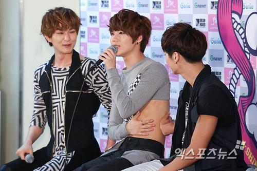 Jonghyun pinching Taemin's tummy