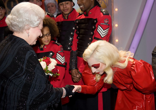 Lady Gaga Meets কুইন Elizabeth