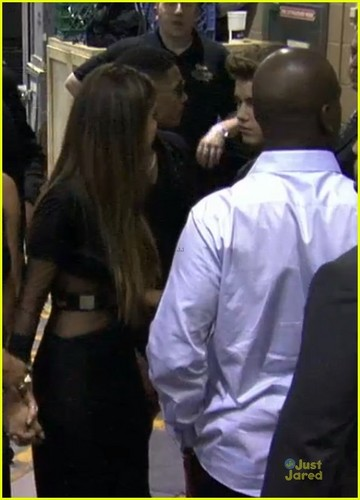 Selena kisses Justin at the backstage of Billboard muziki Awards!!!!!!