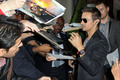 Signing autographs in London - jeremy-renner photo