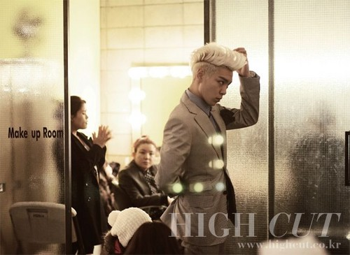 big bang fondo de pantalla possibly with a revolving door, a street, and a cena, comedor called T.O.P for HIGH CUT (January 2011)