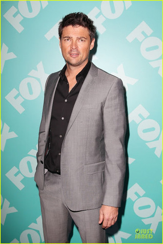 Almost Human karatasi la kupamba ukuta with a business suit, a suit, and a three piece suit called Karl Urban at fox, mbweha upfronts