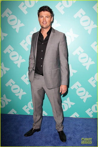 Almost Human 바탕화면 with a business suit, a suit, and a three piece suit called Karl Urban at 여우 upfronts