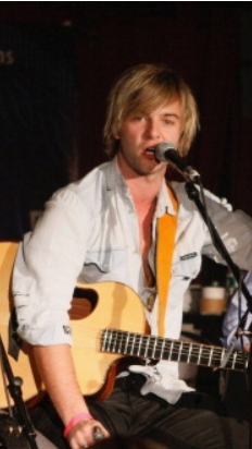 Keith Harkin achtergrond with a guitarist and a concert entitled Keith Performing with Celtic Thunder for Hurricane Sandy Victims