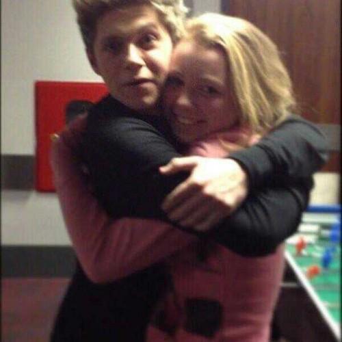 Niall hugging a Фан
