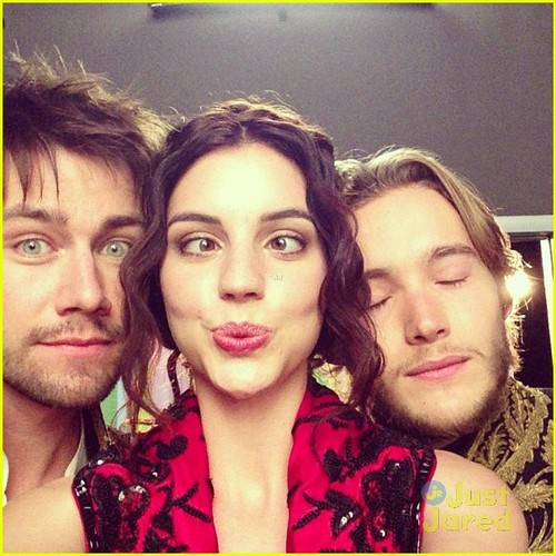 Reign [TV Show] Hintergrund possibly with a portrait called behind the scenes of reign
