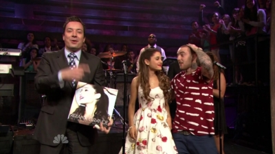 14.June - Ariana and Mac Miller perform The Way on the Late Night with Jimmy Fallon mostrar