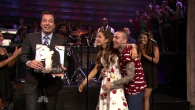 14.June - Ariana and Mac Miller perform The Way on the Late Night with Jimmy Fallon दिखाना