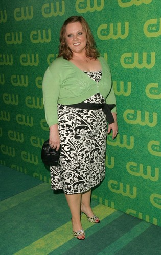 Melissa McCarthy 바탕화면 possibly with a sign and a 칵테일 dress called CW Network 2006
