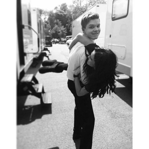 Cameron Monaghan achtergrond containing a straat entitled Cameron and Zoey Deutch