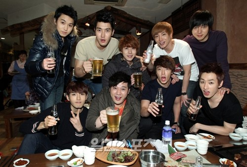Super Generation: Super Junior & Girls' Generation 壁紙 containing a ディナー table, a dinner, and a ビヤホール, ブラッセリー, ブラッスリー entitled Dorky SuJu <3333~