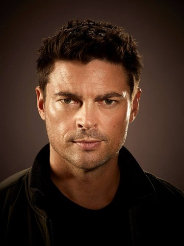 Almost Human karatasi la kupamba ukuta containing a portrait titled Karl Urban as John Kennex