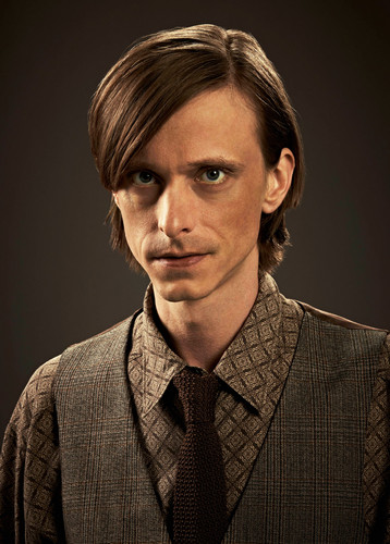 Almost Human karatasi la kupamba ukuta possibly containing a business suit and a suit called Mackenzie Crook as Rudy Lom