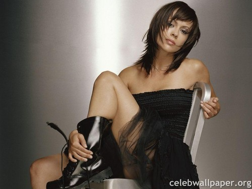 アリッサ・ミラノ 壁紙 probably containing a hip boot entitled Alyssa Milano 壁紙