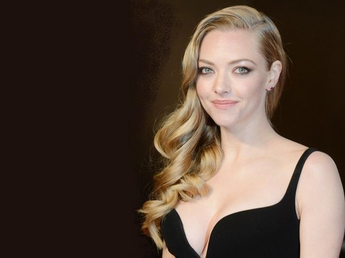 amanda seyfried wallpaper possibly containing attractiveness, a bustier, and a portrait called Amanda Seyfried wallpaper