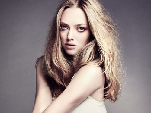 Amanda Seyfried wallpaper containing a portrait titled Amanda Seyfried Wallpaper