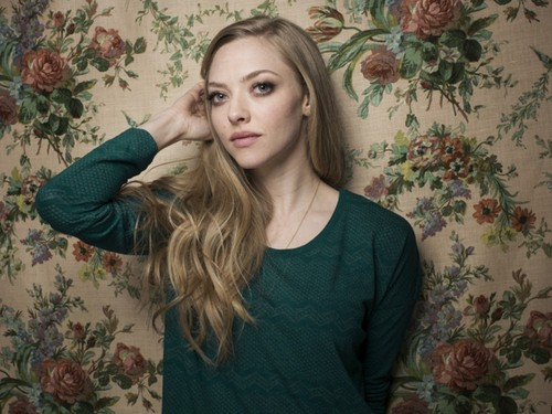 Amanda Seyfried wallpaper possibly containing a portrait called Amanda Seyfried Wallpaper