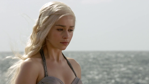 Daenerys Targaryen wallpaper probably containing attractiveness, a portrait, and skin titled Daenerys Targaryen