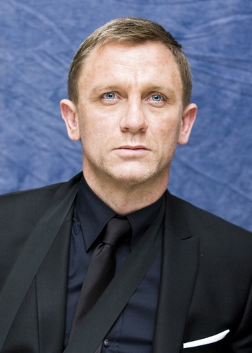 Daniel Craig Hintergrund probably containing a business suit and a suit called Daniel Craig