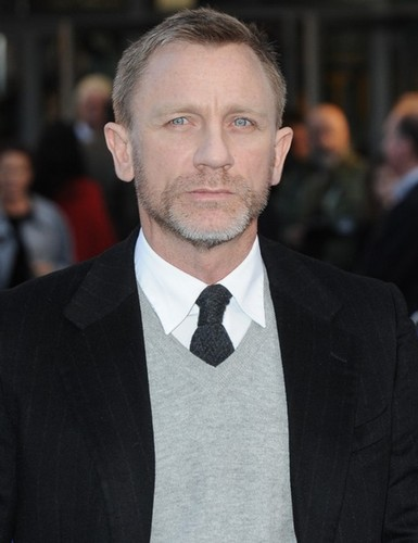 Daniel Craig Hintergrund with a business suit, a suit, and a double breasted suit called Daniel Craig