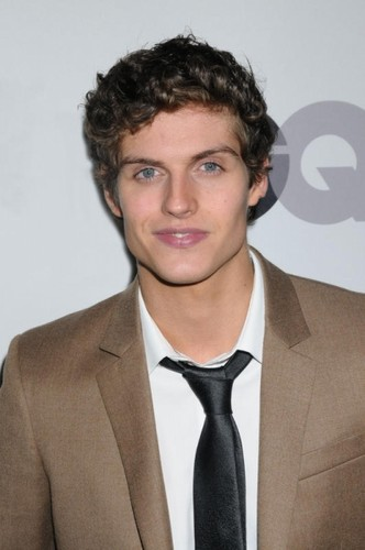 Daniel Sharman karatasi la kupamba ukuta containing a business suit, a suit, and a double breasted suit entitled GQ 'Men Of the Year' Party (2011)