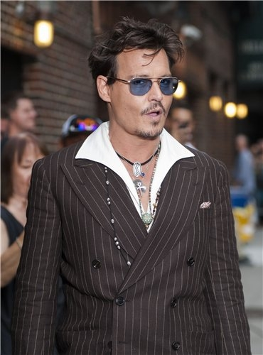 Johnny Depp wallpaper containing a business suit, a suit, and a well dressed person titled Johnny at Late Show (25/6/2013)