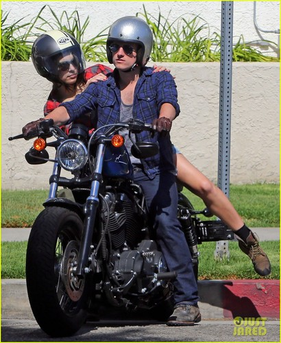Josh Hutcherson & Claudia Traisac 吻乐队(Kiss) After Motorcycle Ride! [HQ]