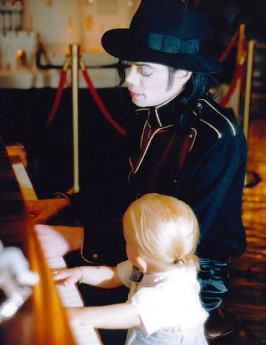 Michael Jackson and his son Prince Jackson playing 钢琴 ♥♥