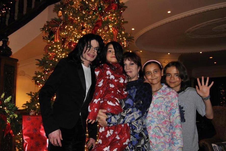 Michael Jackson with his kids Blanket Jackson, Paris Jackson and Blanket Jackson ♥♥