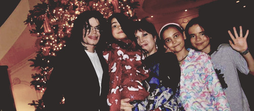 Paris Jackson wallpaper titled Michael Jackson with his kids Blanket Jackson, Paris Jackson and Prince Jackson ♥♥