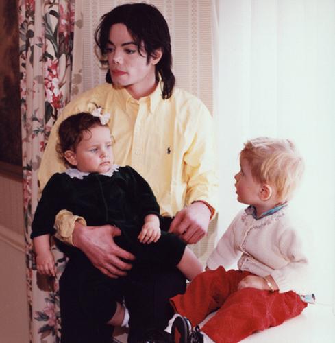 Prince Michael Jackson wallpaper titled Michael Jackson with his kids Paris Jackson and Prince Jackson ♥♥