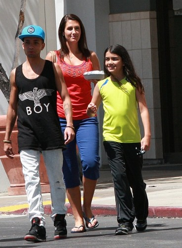 Blanket Jackson karatasi la kupamba ukuta probably with a carriageway, a street, and a hip boot titled Omer Bhatti with Michael Jackson's son Blanket Jackson in Calabasas New June 2013 ♥♥