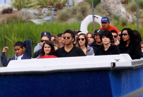 Royal Jackson, Blanket Jackson, Donte Jackson and Paris Jackson at Disneyland New June 2013 ♥♥