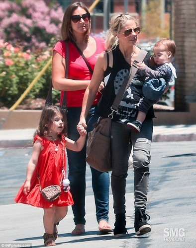 Sarah out in LA with Rocky and شارلٹ (26th June 2013)