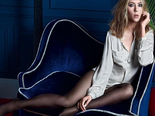 स्कार्लेट जोहानसन वॉलपेपर probably containing bare legs, tights, and a सिंहासन titled Scarlett