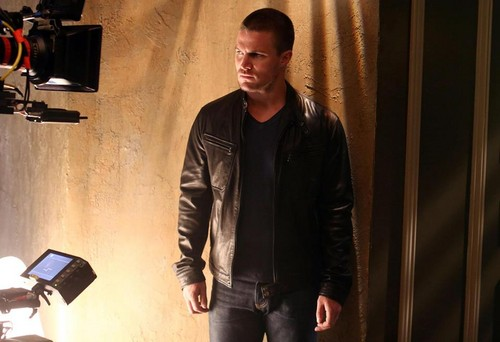 Stephen Amell photoshoot season 2 BTS