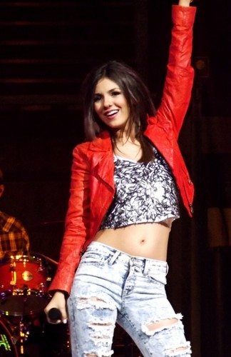 Victoria Justice wallpaper titled Victoria Justice Belly Button