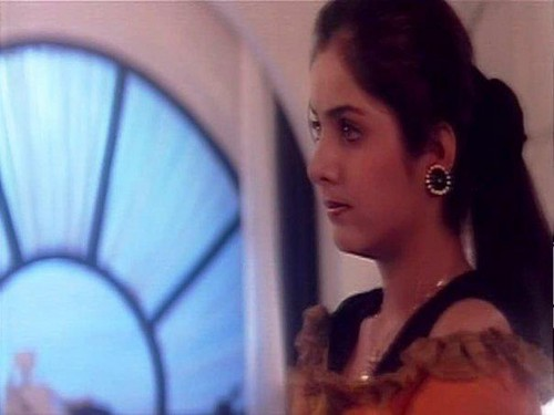 迪维亚·巴蒂(divya_bharti) 壁纸 containing a portrait entitled divya