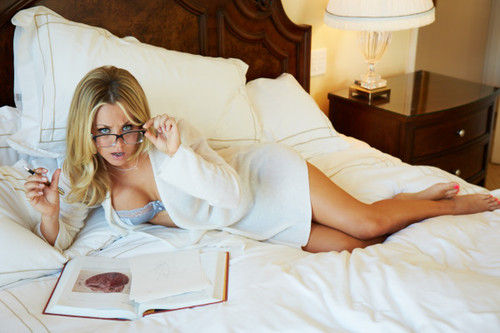 Kaley Cuoco fond d'écran possibly with a bedroom, a hotel room, and a boudoir called Kaley <3