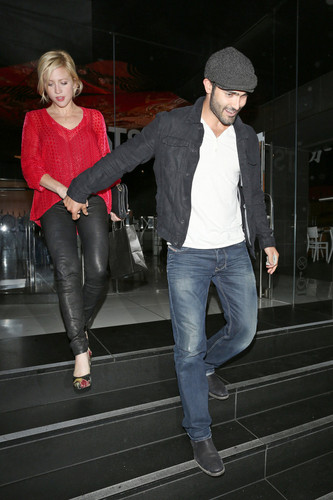 Tyler Hoechlin achtergrond with a hip boot called Brittany Snow and Tyler Hoechlin Out to avondeten, diner