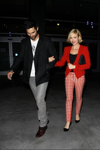 Тайлер Хеклин Обои with a business suit and a well dressed person titled Brittany Snow and Tyler Hoechlin leave a Бейонсе концерт