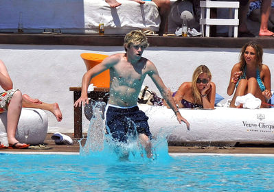July 7th - Niall Horan At Ocean समुद्र तट Club In Marbella, Spain