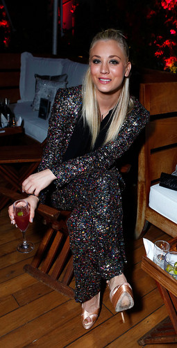 Kaley Cuoco fond d'écran probably containing an outerwear, a box coat, and a well dressed person entitled Kaley <3