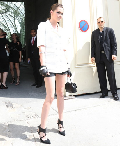Kristen at the 2013 Chanel Couture Fashion 表示する in Paris,France