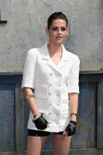 Kristen at the Chanel Couture Fashion montrer for Fashion Week in Paris,France