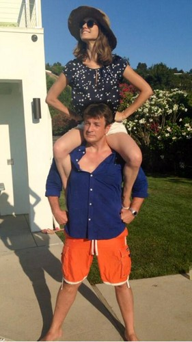 Nathan Fillion 壁纸 probably with a boater, a hunk, and a playsuit, 戏剧, 防寒 called Lyndsy Fonseca and Nathan Fillion