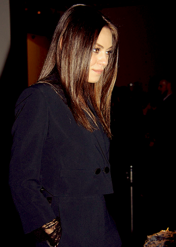 Mila Kunis Hintergrund possibly containing a well dressed person and a business suit entitled Mila <3